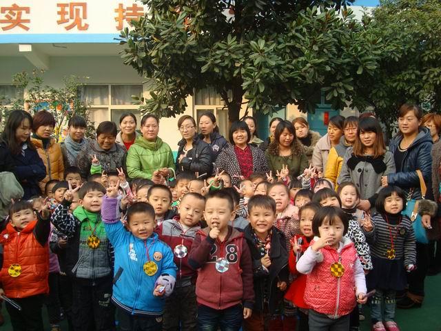 作者:李丽红 发布日期:2012-11-09 浏览: 次 11月7日——9日,我园秋季亲子游戏拉开帷幕,大班组的《我给爸妈穿鞋子》游戏,让孩子给家长穿鞋子,锻炼了生活自理能力,也让父母感受到孩子的爱;中班组游戏《我是小姚明》,锻炼了孩子的臂力和投掷能力;小班组的游戏《智力大冲关》,孩子与幼儿一起跑起来,还有开动脑筋的拼图游戏。游戏之后,老师为孩子们戴上了金银牌,幼儿园为孩子们准备了气球、棒棒糖和水彩笔等奖品,让孩子们度过快乐的一天。