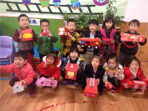 家长和幼儿用纸盒,玩具轮胎做成消防车和灭火器箱